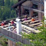 Auch auf der Terrasse des Rifugio Orso Bruno kann man es gut aushalten.